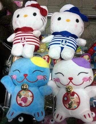 Кошечки Hello Kitty и стилизованные Манэки-нэко - денежные коты, коты удачи